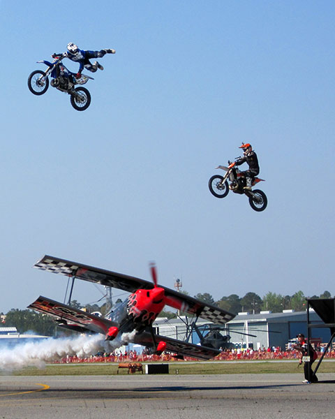 MOTO HEROES UNBELIEVABLE JUMP OVER AIRPLANE